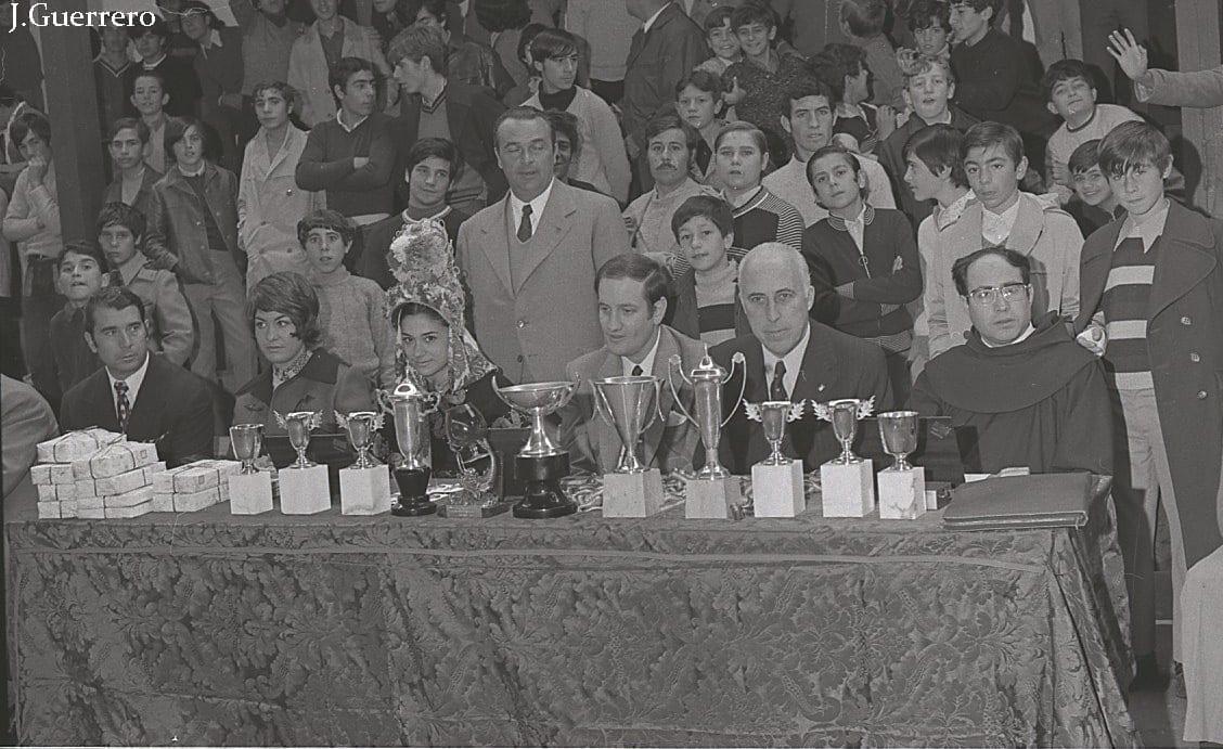 Presidencia entrega trofeos años 70