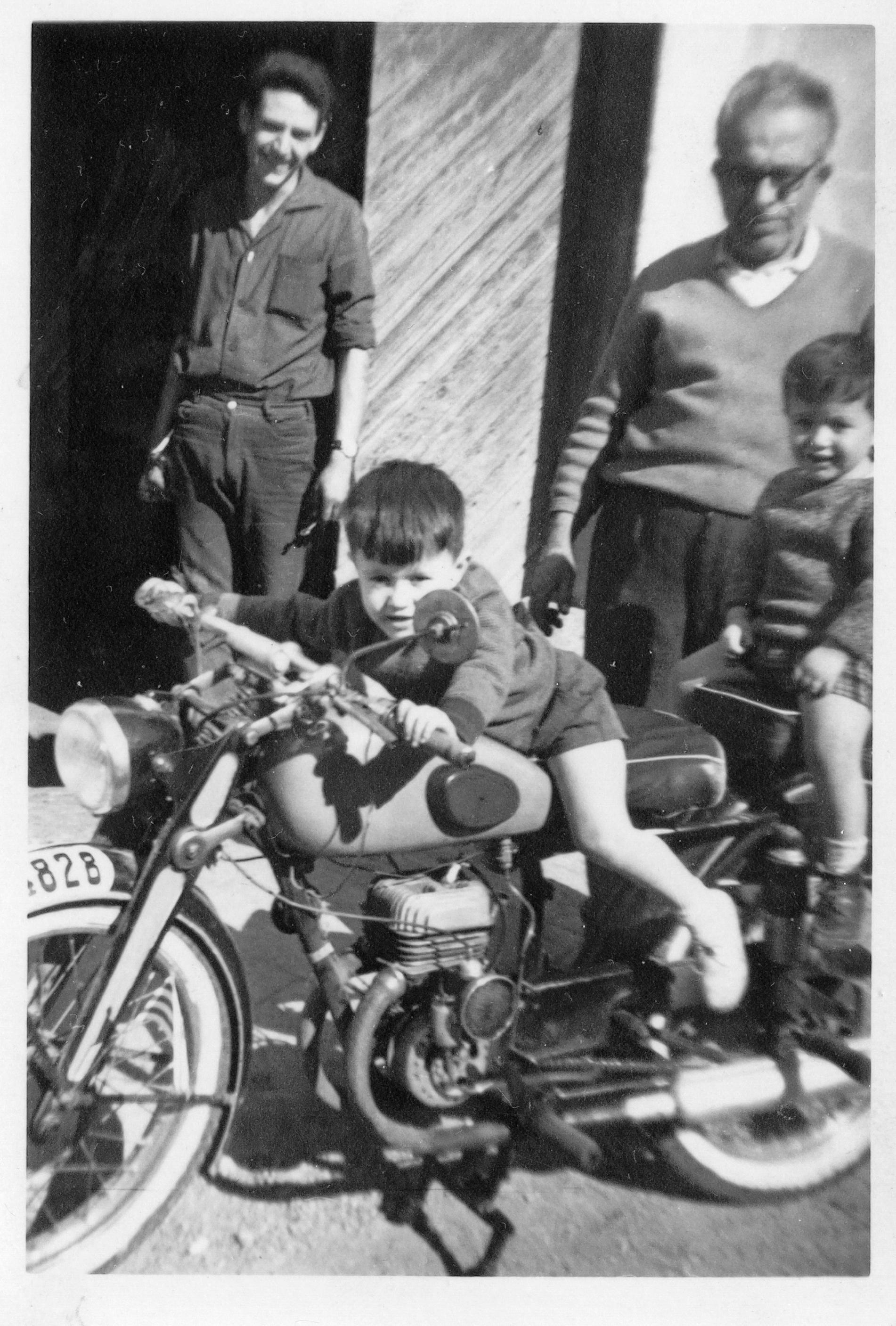 Mi abuelo y su taller. Yo conduciendo y mi hermano Pedro de paquete.