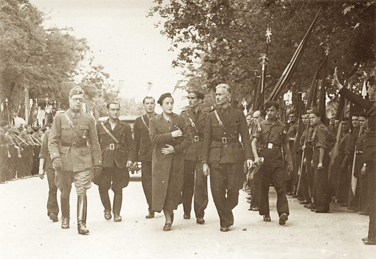 1938 - Pilar Primo de Rivera y el séquito inaugural