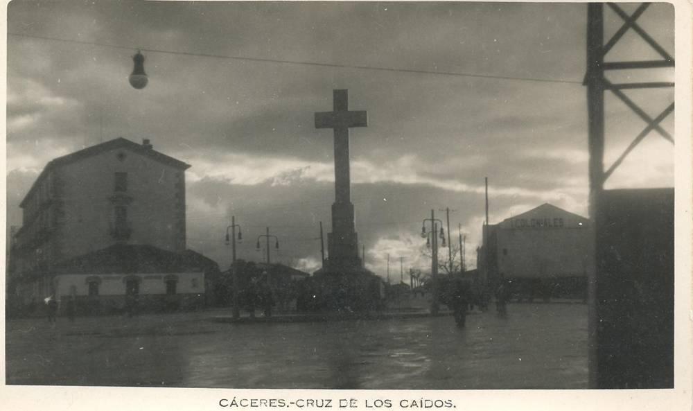 Cruz de los Caídos en tarde de niebla