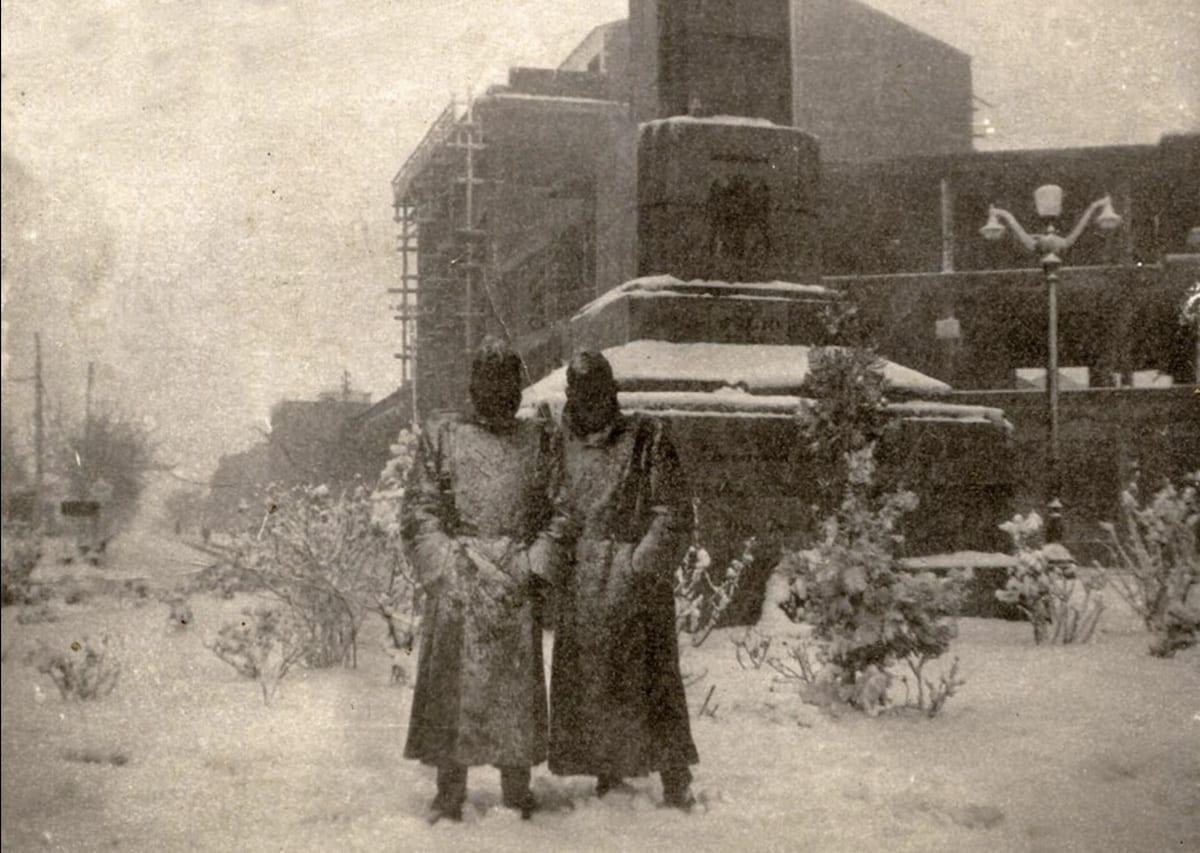1946 - Dos soldados posan en una gran nevada