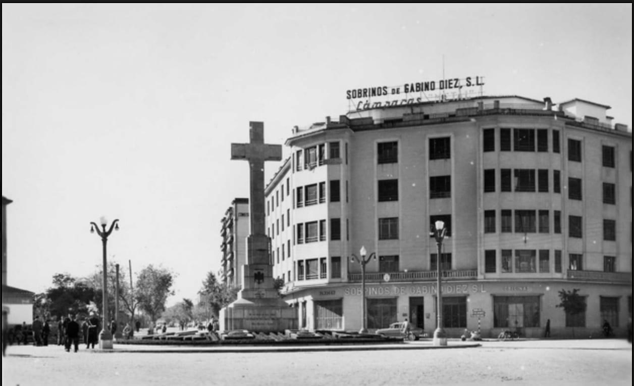 1950 - Escena urbana, pocos coches y policía municipal