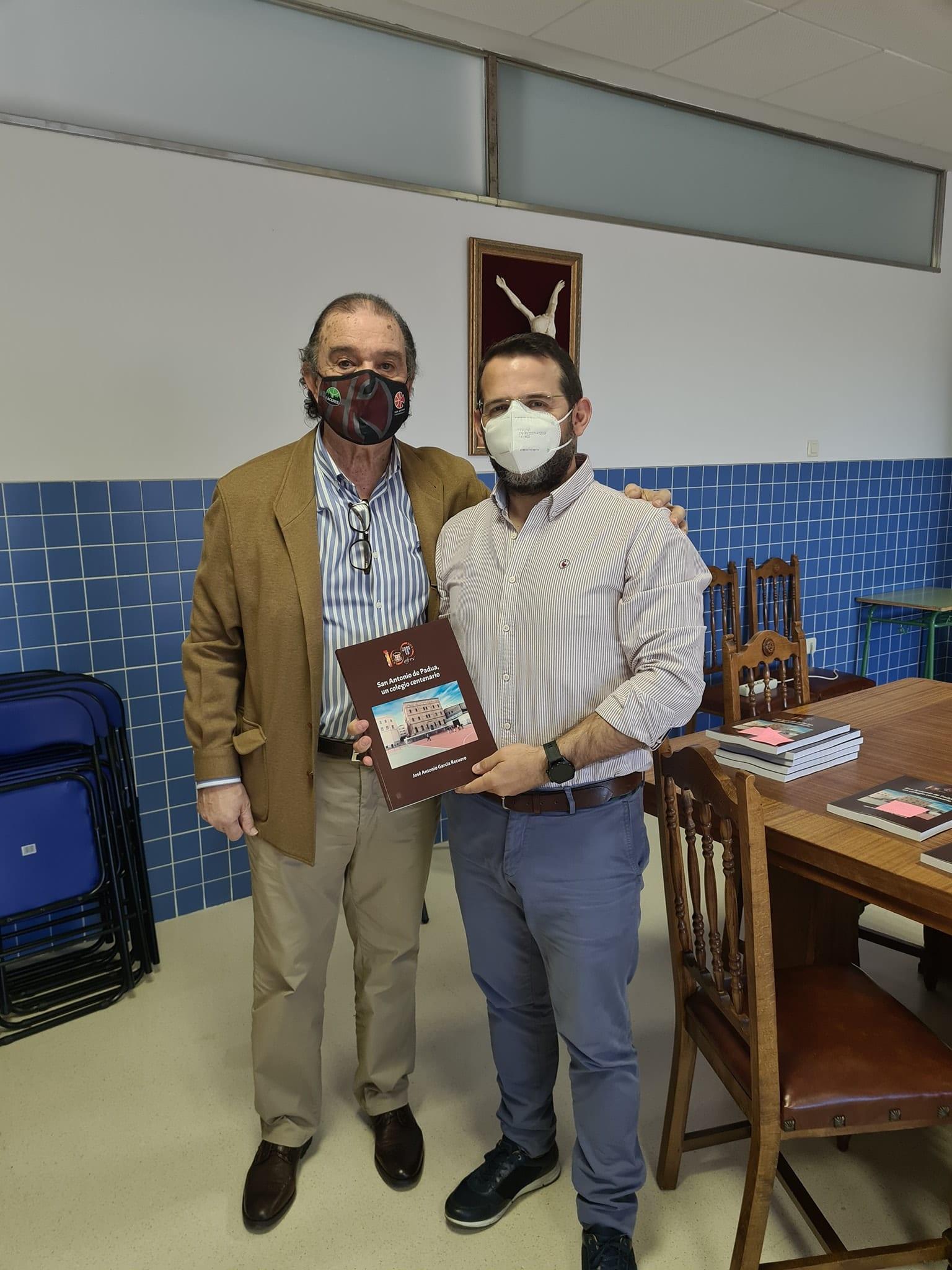 Entrega de libros en el Colegio San Antonio